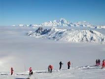 Skieurs regardant Mont Blanc au-dessus d'une mer des nuages Images stock