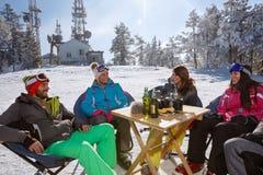 Skieurs se reposant du ski en café sur le terrain de ski Photographie stock