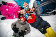 Skieurs se trouvant sur la neige et ayant le point de vue supérieur d'amusement Photo libre de droits