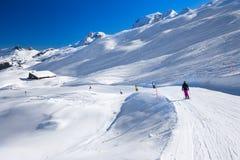 Skieurs skiant sur le dessus de la station de sports d'hiver de Hoch-Ybrig, Switzerla Photos stock