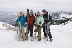 Skieurs sur la montagne tenant des skis Images libres de droits
