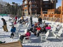 Skieurs sur la pause de midi chez Deer Valley image libre de droits