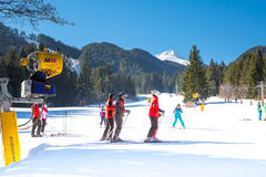 Skieurs sur la pente dans Bansko, Bulgarie Photographie stock