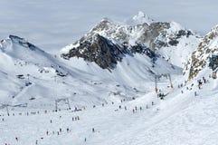 Skieurs sur la pente dans la station de sports d'hiver de Kitzsteinhorn, Autriche Images stock