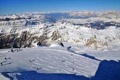 Skieurs sur la pente dans le Dolomities Images libres de droits