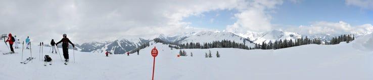 Skieurs sur la pente dans les Alpes autrichiens Photo stock