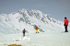 Skieurs sur la pente dans les Alpes autrichiens Images libres de droits