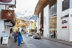 Skieurs sur la rue Dorfstrasse à Solden Image stock