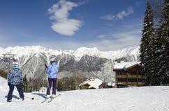 Skieurs sur le dessus de la pente sur une station de sports d'hiver de montagnes de Caucase de jour ensoleillé Laura Russia photos libres de droits