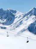 Skieurs sur le levage de présidence dans les Alpes Images libres de droits