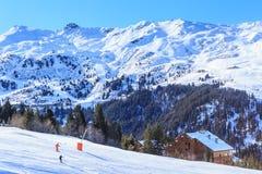 Skieurs sur les pentes de la station de sports d'hiver de Meriber Images stock