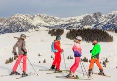 Skieurs sur les pentes de la station de sports d'hiver Brixen im Thale, Tyrol Photos stock