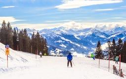 Skieurs sur les pentes de la station de sports d'hiver Hopfgarten, Tyrol Photo libre de droits
