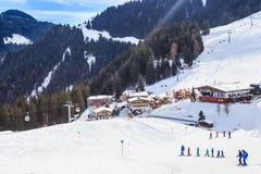 Skieurs sur les pentes de la station de sports d'hiver de Soll, Tyrol Images stock