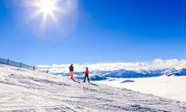 Skieurs sur les pentes de la station de sports d'hiver Soll, Tyrol Image libre de droits