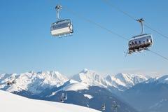 Skieurs sur leur chemin au sommet Images libres de droits