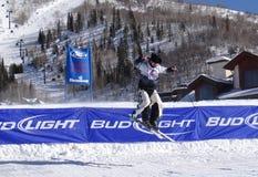 Skifahren cowbys schlugen den Sprung Lizenzfreie Stockfotografie