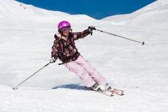 Skifahren der jungen Frau Lizenzfreies Stockfoto