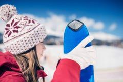 Skifahren der jungen Frau Lizenzfreies Stockbild