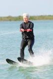 Skifahren der recht älteren Dame-Wasser Stockfoto