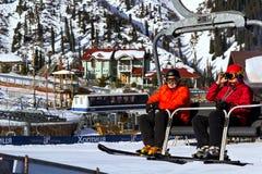 Skifahren Skifahrer steigen der Berg auf einem Aufzug auf lizenzfreie stockfotos