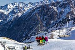 Skifahren Skifahrer steigen der Berg auf einem Aufzug auf stockfotos