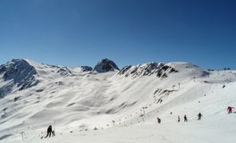 Skifahren und Snowboarding auf dem Berg von Les bildet, Frankreich einen Bogen Stockfoto
