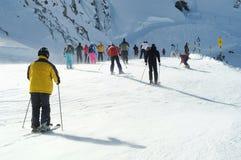 Skifahren vieler Leute in den europäischen Alpen. Stockfoto