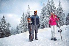 Skifahren, Winter, Skifeiertag - Paare auf Winter machen Urlaub Stockfoto