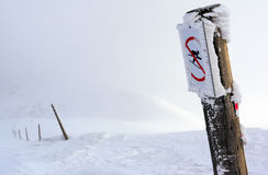 Skifahrenbeschränkungszeichen Lizenzfreie Stockfotos