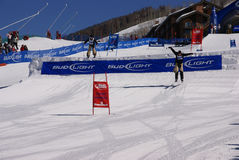 Skifahrencowboys, die den Sprung schlagen Lizenzfreie Stockfotografie