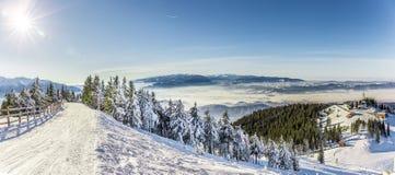 Skifahrenerholungsort bei Postavarul, Brasov, Siebenbürgen, Rumänien stockbilder