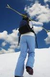 Skifahrer auf dem blauen Hintergrund Lizenzfreies Stockfoto