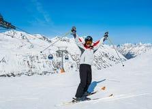Skifahrer auf dem Hintergrund des Hochs Schnee-bedeckte Alpen am Sonnentag, Aus mit einer Kappe lizenzfreie stockfotos