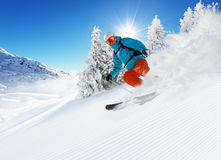 Skifahrer auf dem Piste, der abwärts läuft lizenzfreie stockfotos