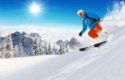 Skifahrer auf dem Piste, der abwärts läuft lizenzfreies stockbild