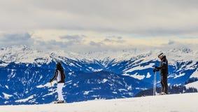 Skifahrer auf den Steigungen des Skiorts von Brixen im Thale Tirol Lizenzfreies Stockfoto