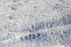 Skifahrer auf der Steigung Stockfotos