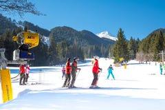 Skifahrer auf der Steigung in Bansko, Bulgarien Stockfotografie