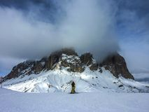 Skifahrer auf einem Berg im Winter Stockbild