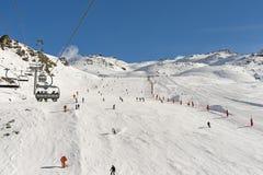 Skifahrer auf einem Piste im alpinen Skiort stockfoto