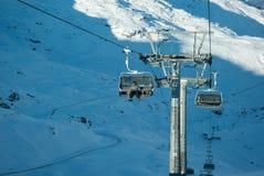 Skifahrer auf einem Skiaufzug stockbild