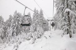 Skifahrer auf einem Skilift Lizenzfreie Stockbilder