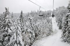 Skifahrer auf einem Skilift Lizenzfreie Stockfotos