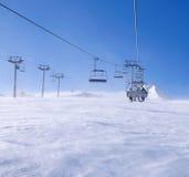 Skifahrer auf einem Skilift in Pirin-Berg Lizenzfreie Stockfotos