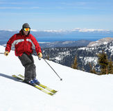 Skifahrer auf einer Steigung Lizenzfreie Stockbilder
