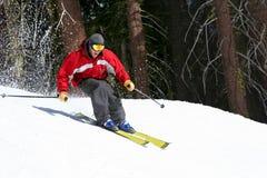 Skifahrer auf einer Steigung Stockfotos