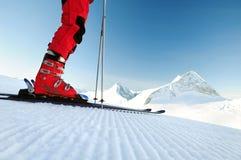 Skifahrer auf einer unberührten Skispur Lizenzfreie Stockfotos
