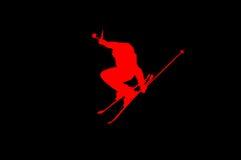 Skifahrer auf Hochsprung ROT AUF SCHWARZEM Stockfoto