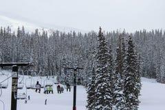 Skifahrer auf Sessellift Stockbilder